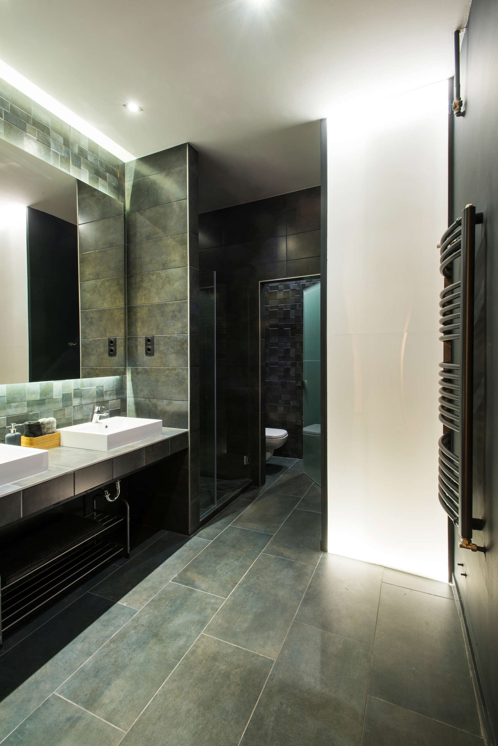 dark tiles bathroom design