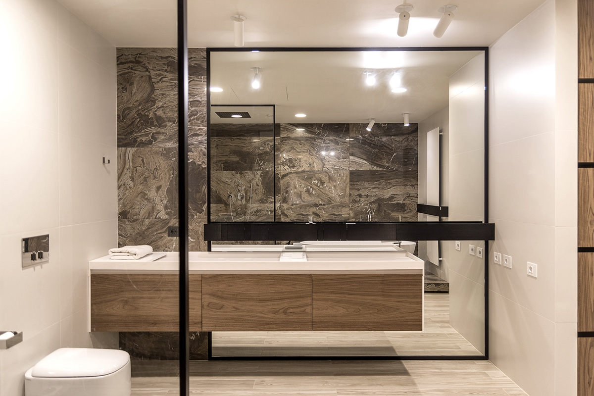 Mirrored-Wall-Bathroom