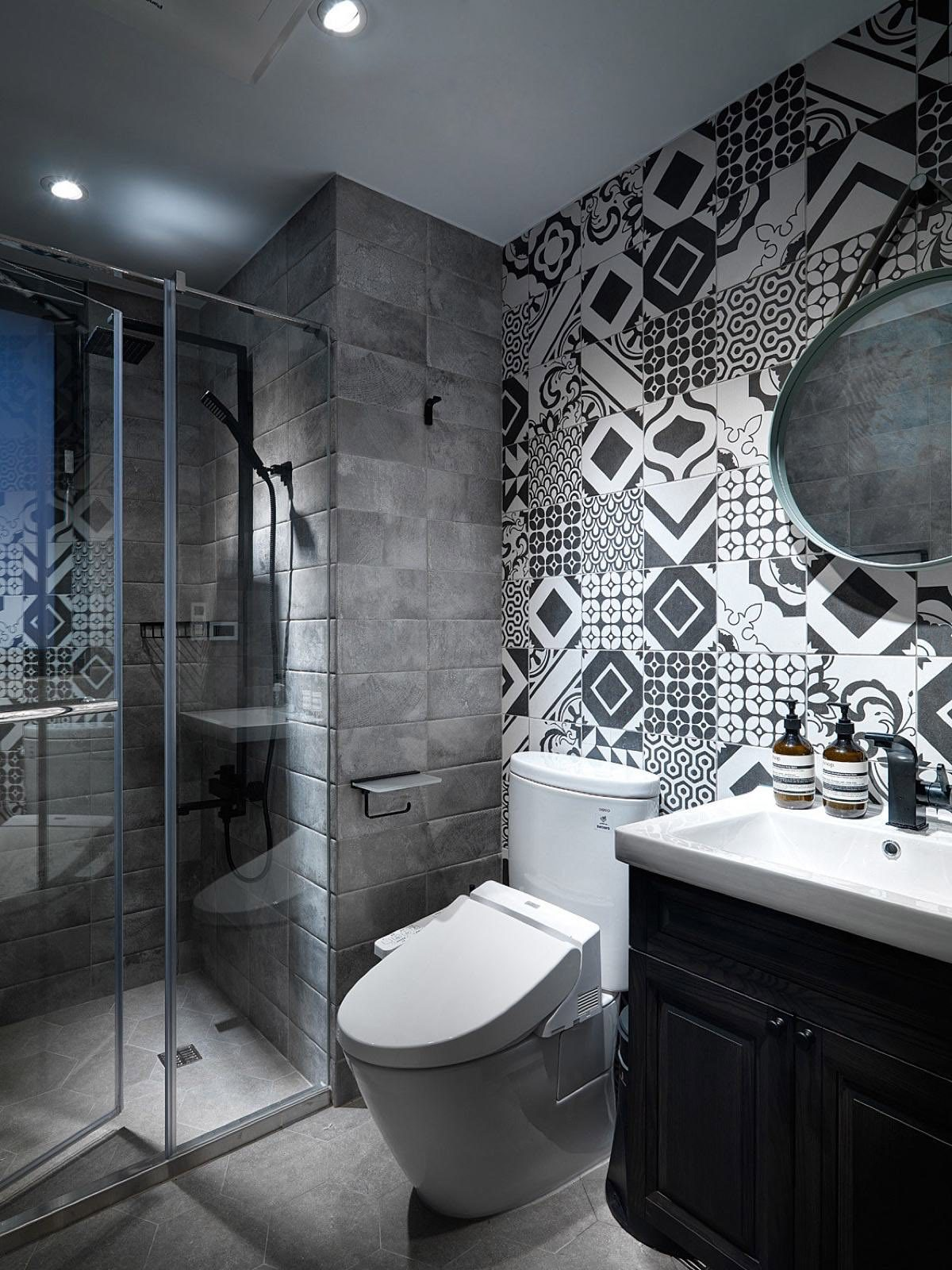 black-and-white-accent-wall-shower-toilet