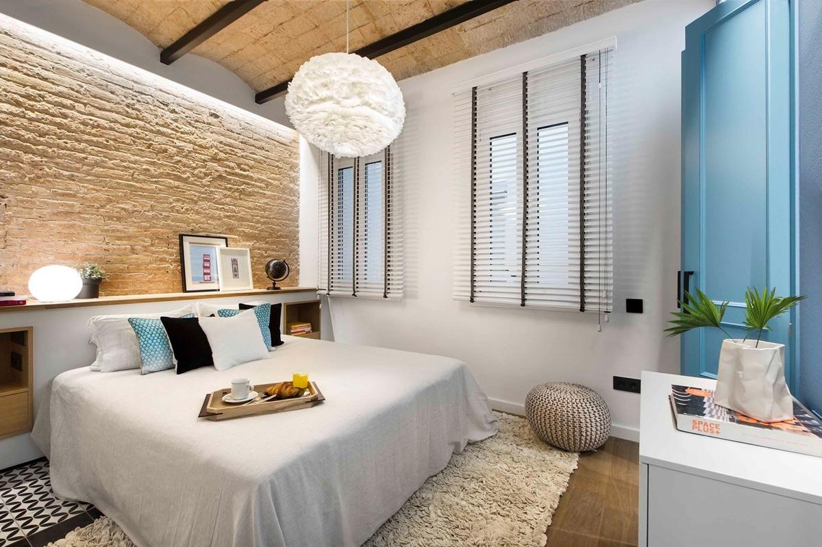 blinds-on-windows-in-bedroom