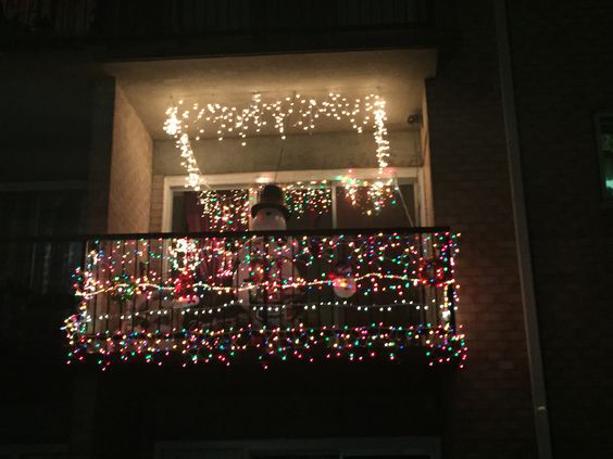 christmas apartment balcony decor 5